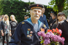 UKRAINA, KIJÓW, MAJ 9, 2016, zwycięstwo dzień, Maj 9 Zabytek niewiadomy żołnierz: Weterani druga wojna światowa niosą kwiaty monu zdjęcie stock