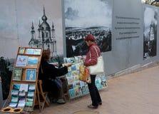 UKRAINA KIJÓW, Wrzesień, - 9,2013: Pamiątki i pocztówki w Kie Fotografia Stock