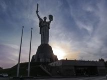 Ukraina Kijów, Wrzesień, - 17, 2017: Zabytek kraj ojczysty matka na zmierzchu tle zdjęcie royalty free