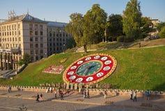 Ukraina Kijów, Wrzesień, - 25, 2015: Institutskaya ulica, kwiatu zegar, galeria Nebesna sotnia Zdjęcie Stock