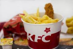 Ukraina, Kijów, 05 13 2018: Wyśmienicie fast food w supermarkecie KFC smażył chiken, francuscy dłoniaki, serowy kumberland Ameryk Obraz Royalty Free