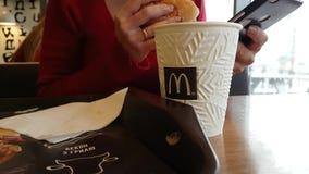 Ukraina Kijowski Grudzień 7, 2017 McDonald ` s dziewczyny restauracyjny kawowy lunch zbiory wideo