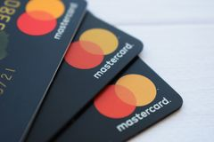 Ukraina Kremenchug, Luty, -, 2019: Zakończenie w górę stosu Mastercard kredyta ładunku debetu banka karty fotografia royalty free