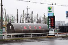 Ukraina Kremenchug - mars, 2019: StationsWOG för automatiskt bränsle royaltyfri foto