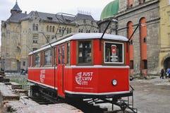 UKRAINA LVIV - DECEMBER 27, 2016: röd coffee shop på historisk byggnadsbakgrund Lviv shoppar den röda spårvagnen, som är ett tour Royaltyfria Foton