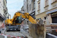 Ukraina Lviv - December, 17, 2016: Reparation av akvedukten i th Royaltyfri Foto