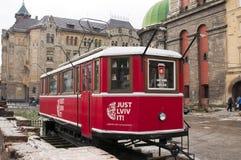 UKRAINA LVIV, GRUDZIEŃ, - 27, 2016: Lviv czerwony tramwaj który jest turystycznym sklepem kupować różne pamiątki, mapy i pocztówk Fotografia Stock