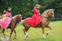 Ukraina Lviv - Juli 15, 2018: Ladys i den Medievals dräkten på hästrygg arkivfoto