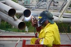 UKRAINA - MAJ 06, 2017: Svetsning arbetar på svetsning av metallstrukturer En elektrisk welder fungerar på materialet till byggna Arkivfoto