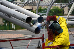 UKRAINA - MAJ 06, 2017: Svetsning arbetar på svetsning av metallstrukturer En elektrisk welder fungerar på materialet till byggna Arkivfoton