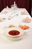 Ukraina och för ryss tjänade som traditionell soppa på restaurangen. Arkivbilder