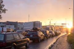 UKRAINA - POLEN GRÄNS, Budomierz - Hruszow, linjen av bilar a royaltyfri bild