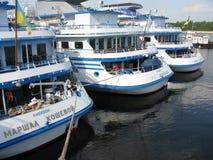 Ukraina Rejsu silnika statki przy Kijowskim cumowaniem na Dnepr Obrazy Royalty Free