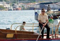 Ukraina Sevastopol - Oktober 02, 2011: Rysk sjöman på poen Royaltyfria Foton