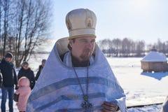Ukraina Shostka - Januari 19, 2019: Fader på sjön Galenkovka Kristet feriedop i den ortodoxa kalendern royaltyfri fotografi