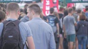 UKRAINA TERNOPIL - Juli 20, 2018: folk som gör en linje i en vaggamusikfestival lager videofilmer
