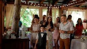 Ukraina Zaporozhe - 6 Juni 2015: Gäster på den gifta sig applåden och leendet arkivfilmer