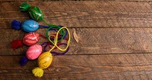 Ukrainare färgade påskägg med prydnader på en träbakgrund Arkivfoton