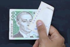ukrainare för handpengar Svart bakgrund Arkivbild