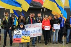 Ukrainare i Cypern showsolidaritet arkivfoto