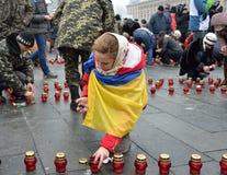 Ukrainare Maidan som fylls med minnes- stearinljus Arkivbild