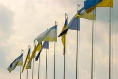 Ukrainare och andra landsflaggor på aftonen Royaltyfri Bild