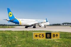Ukraine, Borispol - 22. Mai: Boeing verlässt die Rollbahn an internationalem Flughafen Borispol am 22. Mai 2015 in Borispol, Ukra Stockbilder