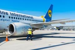 Ukraine, Borispol - 22. Mai: Ein Mechaniker kontrolliert Flugzeuge vor Abfahrt am internationalen Flughafen Borispol am 22. Mai 2 Lizenzfreie Stockfotos