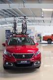 Ukraine, Cherkasy, im Mai 2019 Neues rotes Familienauto Peugeot 2008 mit einem Berg auf dem Dach f?r Fahrr?der im Auto-Vertragsh? stockfotos