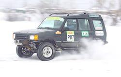 Ukraine, die Besatzung des Teams läuft, reitet über Schneespur stockfoto