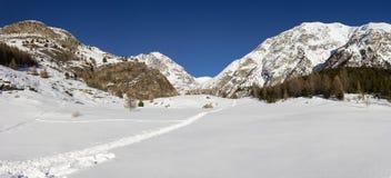 ukraine för dragobratliggandeberg vinter Snowshoeing i Aosta Valley, Italien arkivbild