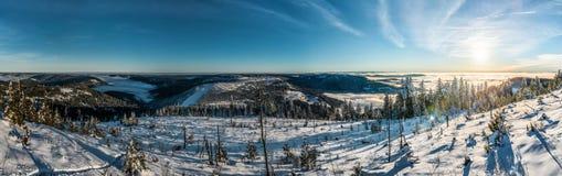 ukraine för sun för strålar för stående för crimea aftonvandring vinter royaltyfri bild