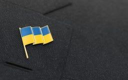 Ukraine-Flaggenreversstift am Kragen einer Klage Lizenzfreies Stockfoto
