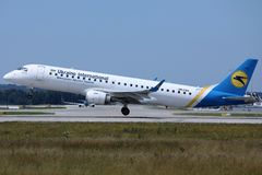 Ukraine International Airlines bierze daleko od Monachium lotniska, MUC obraz stock