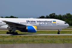 Ukraine International Airlines Boeing 777 Immagini Stock Libere da Diritti