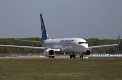 Ukraine International Airlines Boeing 737-800 avions fonctionnant sur la piste Photographie stock libre de droits