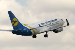 Ukraine International Airlines Boeing 737-500 avions sur le fond de ciel nuageux Photographie stock