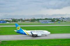 Ukraine International Airlines Boeing 737-500 flygplan i Pulkovo den internationella flygplatsen i St Petersburg, Ryssland Royaltyfri Fotografi