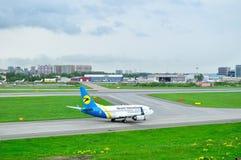 Ukraine International Airlines Boeing 737-500 flygplan i Pulkovo den internationella flygplatsen i St Petersburg, Ryssland Fotografering för Bildbyråer