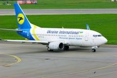 Ukraine International Airlines Boeing 737-500 flygplan i Pulkovo den internationella flygplatsen i St Petersburg, Ryssland Arkivfoto
