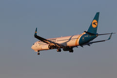 Ukraine International Airlines Boeing 737-800 flygplan i solnedgången rays Royaltyfria Bilder