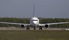 Ukraine International Airlines Boeing 737-500 flygplan på landningsbanan Arkivbild