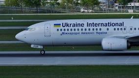 Ukraine International Airlines Boeing 737-800 UR-PSY, Munich banque de vidéos