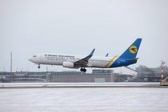 Ukraine International Airlines Boeing 737-800 UR-PSY, Schnee auf Rollbahn, München Lizenzfreie Stockfotografie