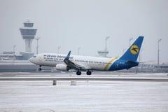 Ukraine International Airlines Boeing 737-800 UR-PSY, Schnee auf Rollbahn, München Stockfoto