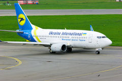 Ukraine International Airlines Boeing 737-500 vliegtuigen in de Internationale luchthaven van Pulkovo in heilige-Petersburg, Rusl stock foto