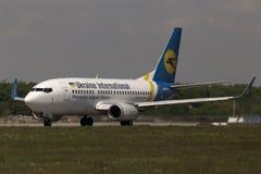 Ukraine International Airlines Boeing 737-500 vliegtuigen die voor start van de baan voorbereidingen treffen Royalty-vrije Stock Foto