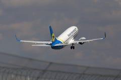 Ukraine International Airlines de partida Boeing 737-300 aviões Imagens de Stock Royalty Free
