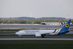 Ukraine International Airlines die in de Luchthaven van München, MUC taxi?en royalty-vrije stock afbeeldingen