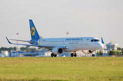 Ukraine International Airlines Embraer ERJ-190 Royalty Free Stock Photography